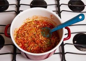 Stir the tomato puré into the vegetables.