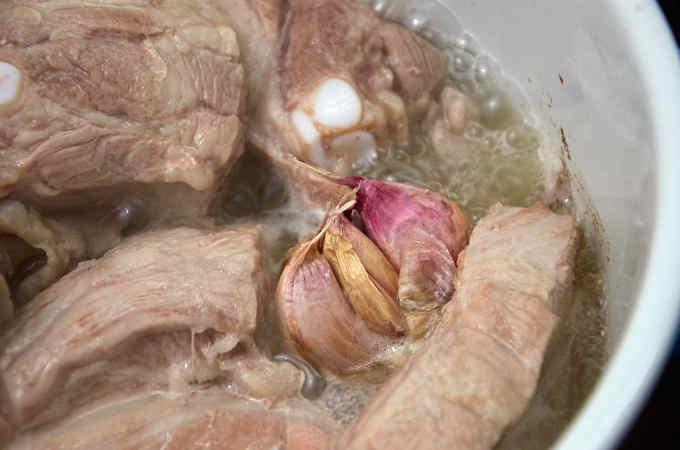 Boiling Pork Ribs with Garlic