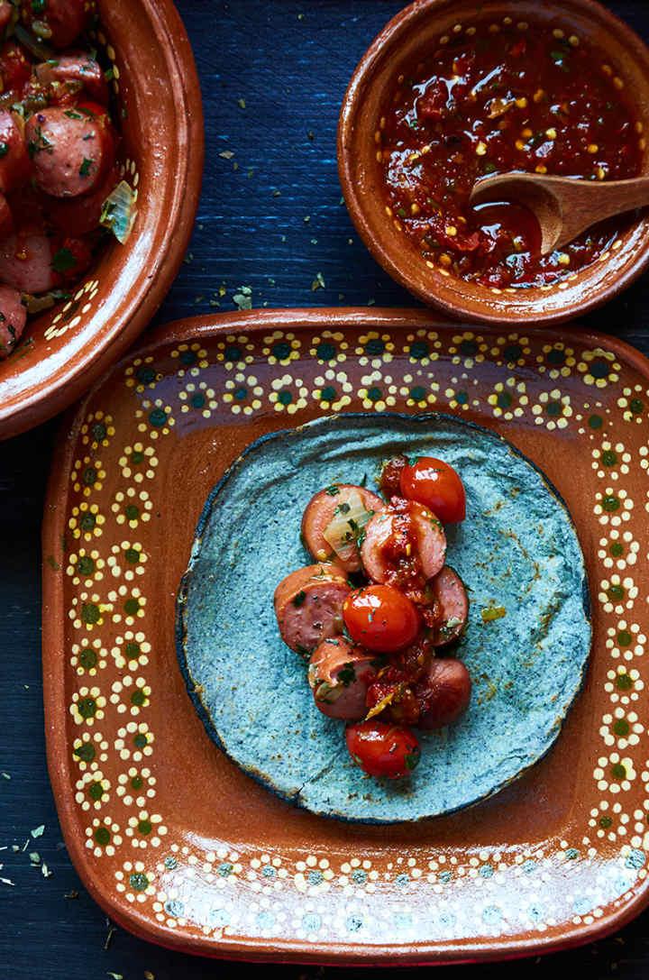 墨西哥陶盘上的墨西哥卷饼