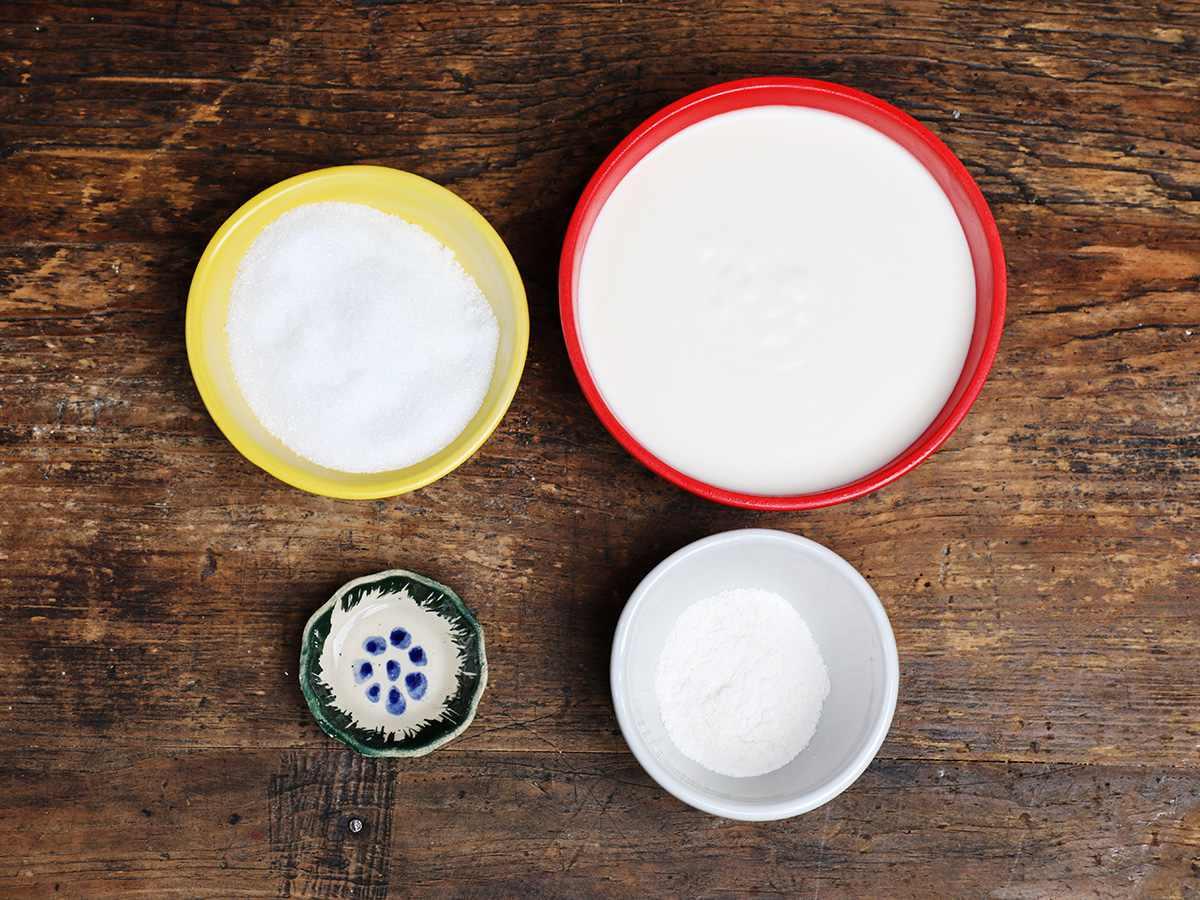 Sugar, cream, pudding mix, vanilla in bowls